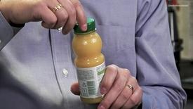 Miniatyrbild för inlägg Så får korkarna på juicepaketen det rätta klicket