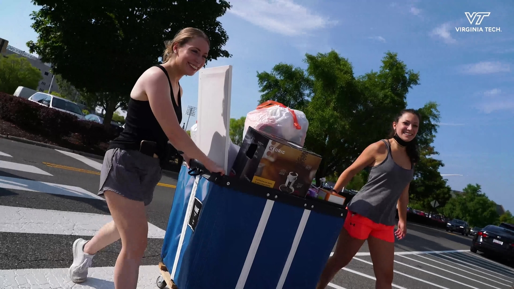 Sunshine and smiles greet incoming students during 2021 Fall Move-in
